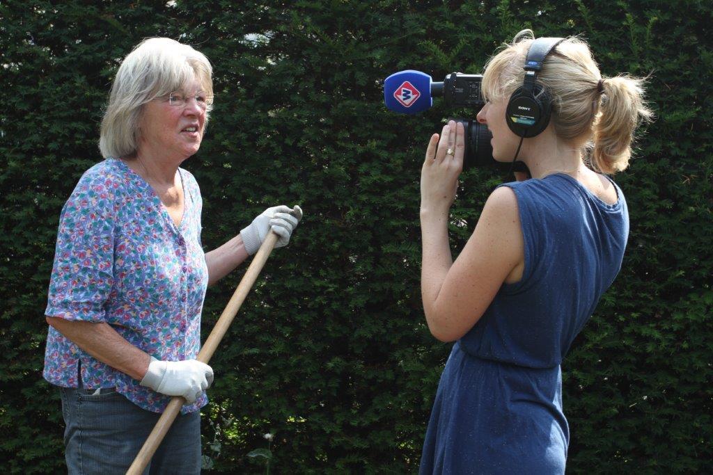 Anne geeft voorlichting over de begraafplaats