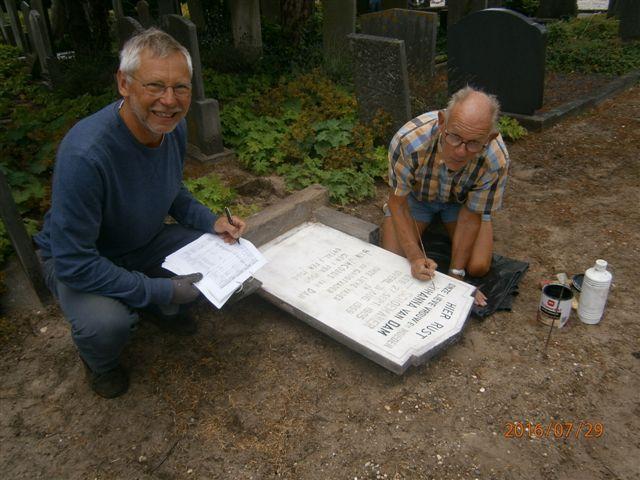 Evert en Frank doen renovatie en registratie van zerk Q21